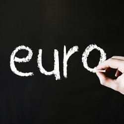 Lietuvos ir Latvijos skolos kainų skirtumas atspindi euro įvedimo naudą kaimynams