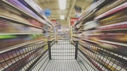 Didėjantys pirkėjų lūkesčiai: ar internetinė prekyba nurungs įprastas parduotuves?